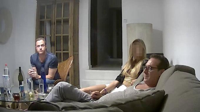 Heinz-Christian Strache recostado en el sillón en el video que lo incriminó