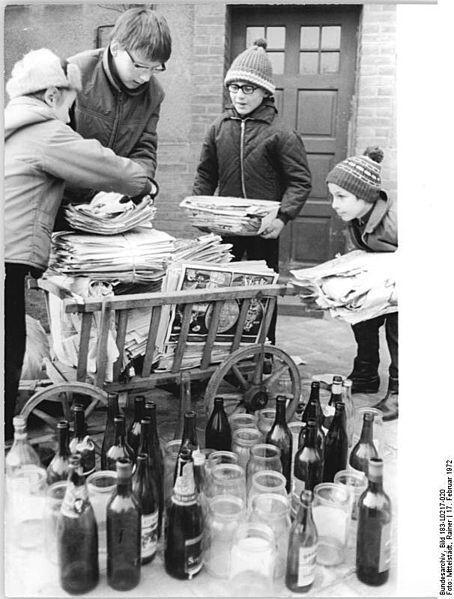 """1972. En la RDA los """"Pioneros"""" (estudiantes de primaria) colaboraban en el reciclaje de residuos."""