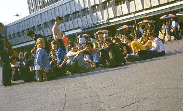 1976. Jovenes en la Plaza Alexanderplatz de Berlín
