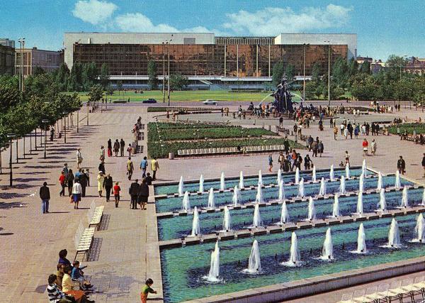 1980. Palacio de la República en Berlín. Sede del parlamento, también utilizado con fines culturales. Fue demolido