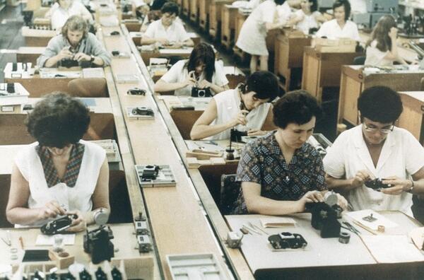 Trabajadoras y trabajadores en la fábrica de cámaras Zeiss en Jena durante los años 80