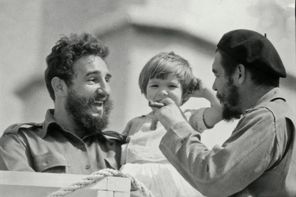 Fidel Castro con el Che y su hija Adelaida
