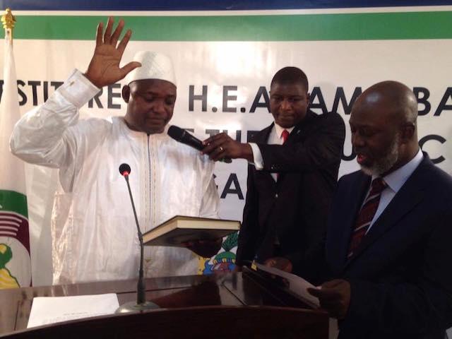 Adama Barrow jura como presidente de Gambia