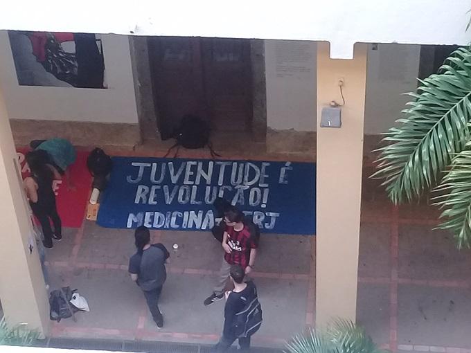 Estudiantes preparando la bandera